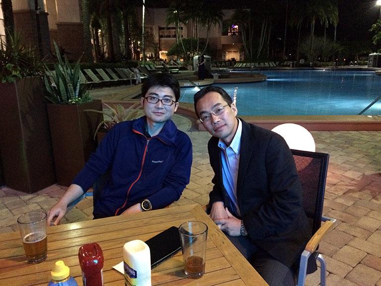 ASHでの発表を終え、オーランドのホテルのプールサイドカフェで前田高宏先生とくつろぐ。