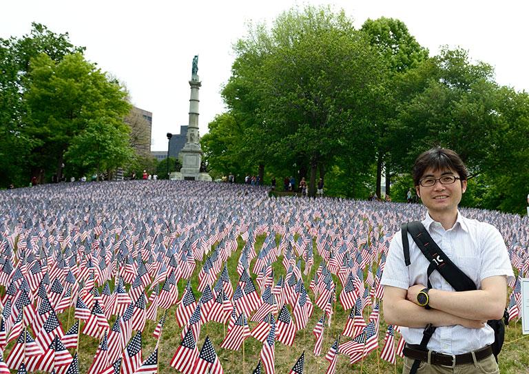 5月26日の「メモリアルデー(戦没将兵追悼記念日)」に、米国最古の公園であるボストンコモンの芝生一面に手向けられた星条旗。