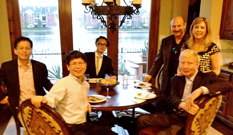 中央奥が佐藤氏、一番左が審良静男氏、右から2人目と3人目がノーベル生理学・医学賞を受賞したJules A. Hoffmann氏とBruce Beutler氏。Beutler氏の自宅にて。