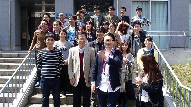 審良研究室の集合写真(最前列中央が佐藤氏、その左が審良氏)