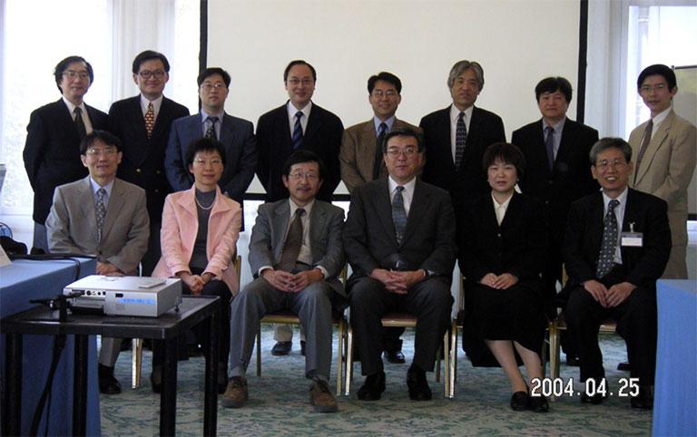 2004年の第8回NK腫瘍研究会の幹事会で、初めてSMILE療法のプロトコールが議論された。前列中央右が押味氏