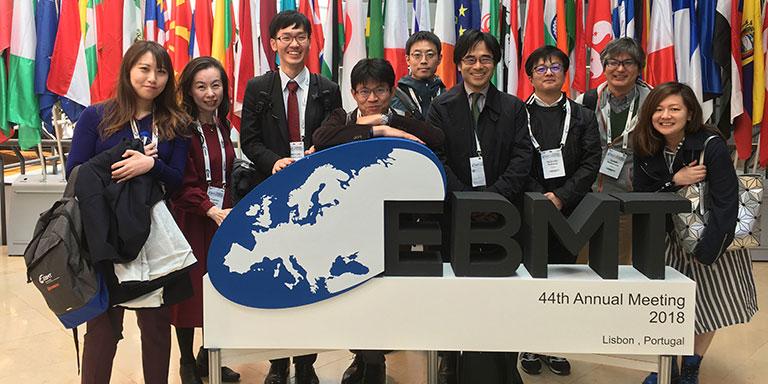 2018年リスボンで開催されたEBMTにて、日本の若手医師と。右から4人目が諫田氏。