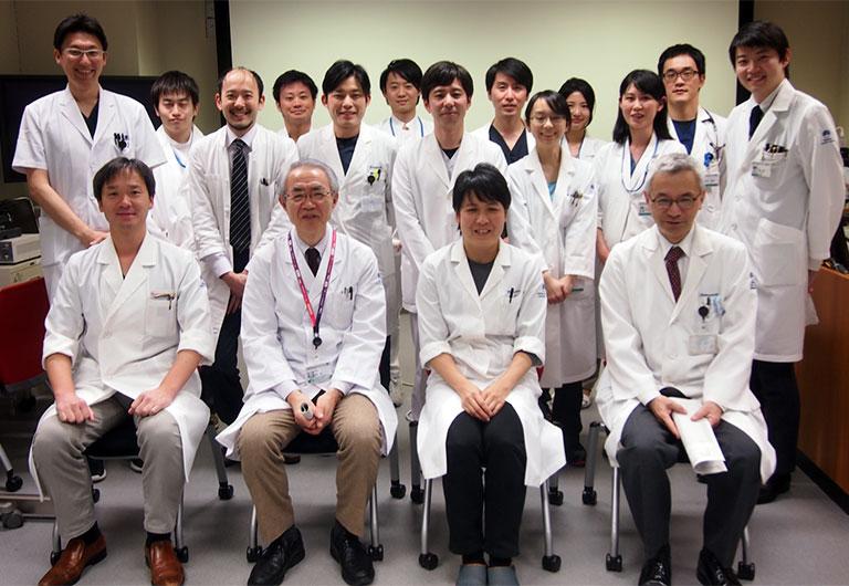 退職を前に、国立がん研究センター中央病院血液腫瘍科のスタッフらと(前列左から2人目が飛内氏)