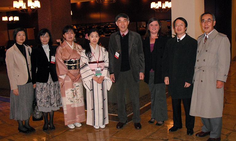 2009年12月 ASH(第51回米国血液学会、米国ルイジアナ州のニューオリンズ)の会場近くのホテルロビーにて。小川真紀雄先生、中畑龍俊先生、三谷絹子先生らと。右から2人目が金倉氏。