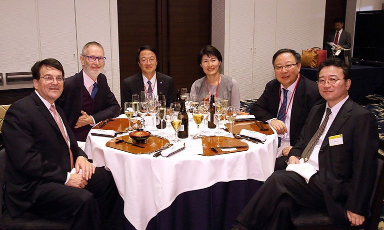 2015年10月 第77回日本血液学会にて。各国血液学会(ASH、EHA、韓国、中国、日本)のpresidentらと。左から3人目が金倉氏。