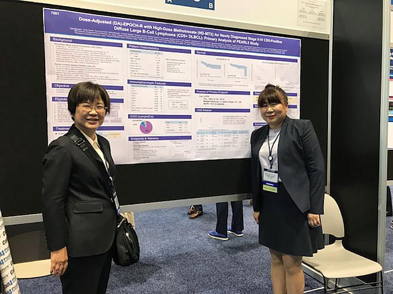 2018年米国臨床腫瘍学会(ASCO)のポスター発表。山口素子先生と。