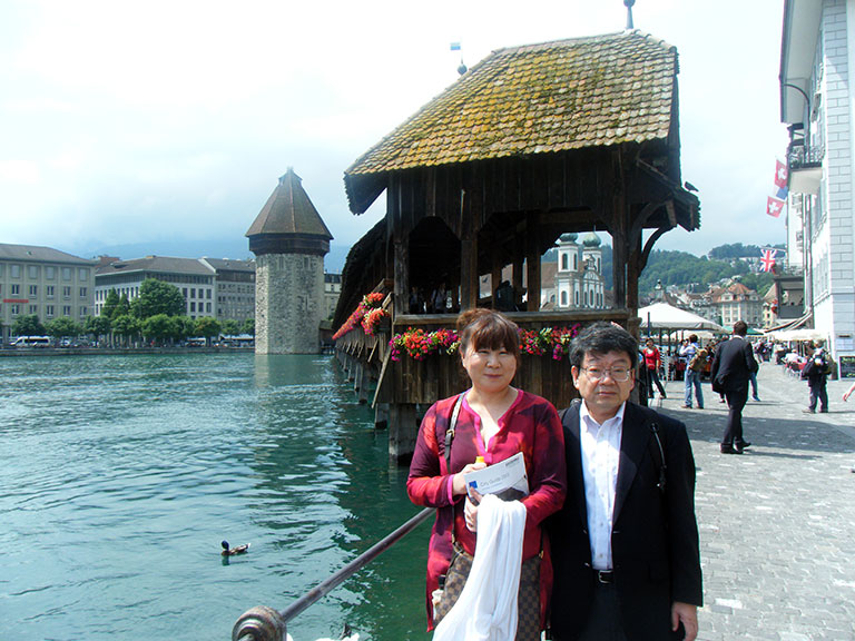 2013年第12回国際悪性リンパ腫会議(ICML)出席時に訪れたスイスのルツェルンのカペル橋の前で瀬戸加大先生と。
