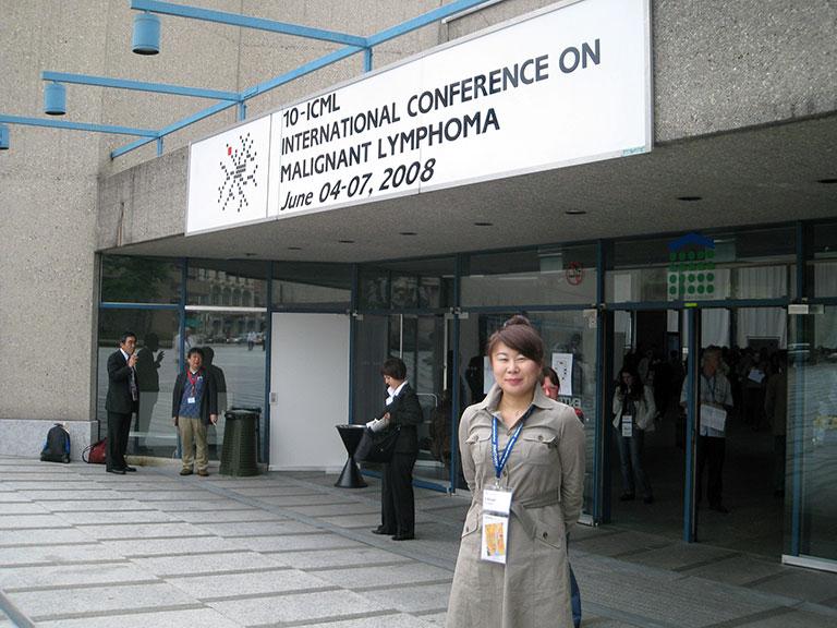 2008年第10回国際悪性リンパ腫会議(ICML)の会場入り口で。海外学会での初めての口演が終わりホッとしている。