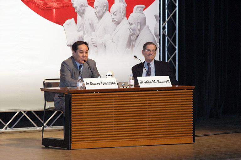 第8回国際骨髄異形成症候群(MDS)シンポジウム(2005年5月長崎市で開催):Closing Ceremonyで米国ロチェスター大学のJohn M.Bennett教授とともに。