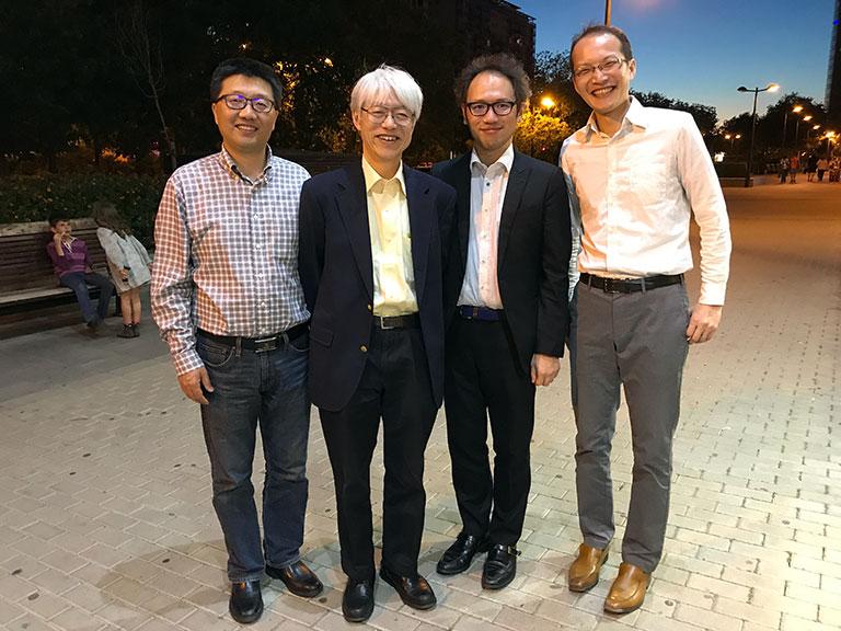 2017年、第14回国際MDSシンポジウムでの1枚。バレンシア(スペイン)の街で夕食をとるレストランをボス(Huang先生)と探していたところ、長崎大学の宮﨑泰司先生、糸永英弘先生と合流。夕食後に店の前で撮影。左からHuang先生、宮﨑先生、糸永先生、私。