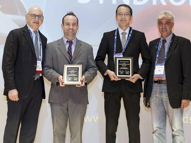 2017年、第14回国際MDSシンポジウム(バレンシア、スペイン)にてTito Bastianello Young Investigator AwardとMDS Foundation Young Investigator Awardをダブル受賞しました。Dr. Nimer(左端)、Dr. Sanz(右端)、右から2人目が私。